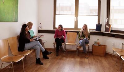 Vier Patientinnen sitzen im Wartezimmer der Augenarztpraxis in Taufkirchen