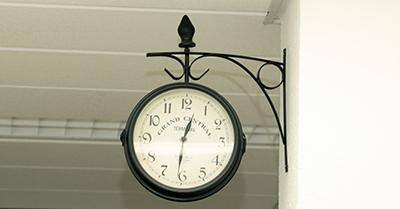 Große Uhr in der Augenarztpraxis Dr. Spitzner in Taufkirchen