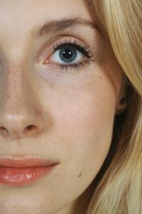 Augenarzt in Taufkirchen bietet Laserkorrektur von Fehlsichtigkeit an: Frau ohne Brille oder Kontaktlinse